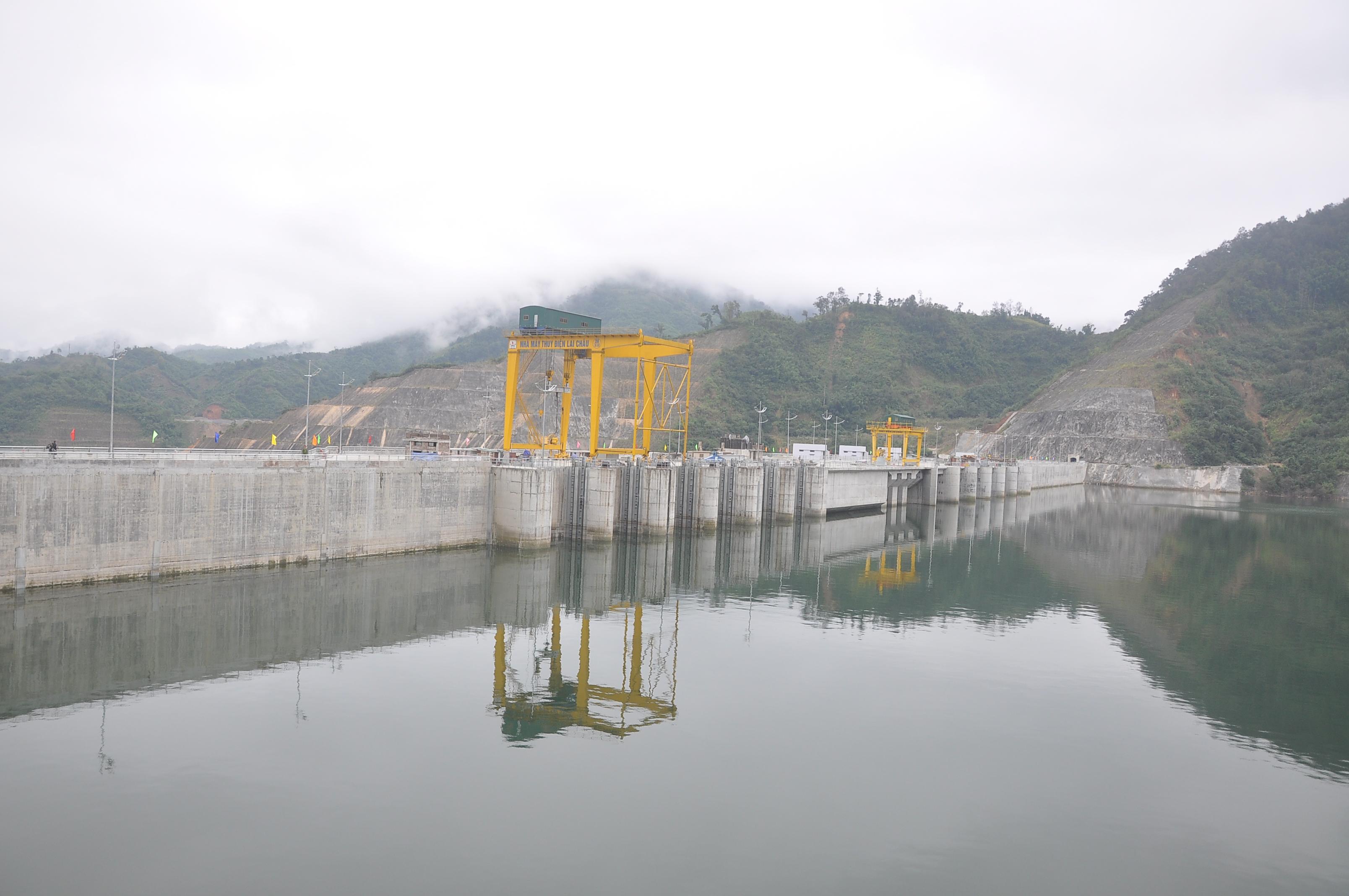 Hồ đập thủy điện Lai Châu, một trong những hồ chứa lớn nhất trên sông Đà, góp phần tích nước chống lũ và trữ nước cho mùa khô