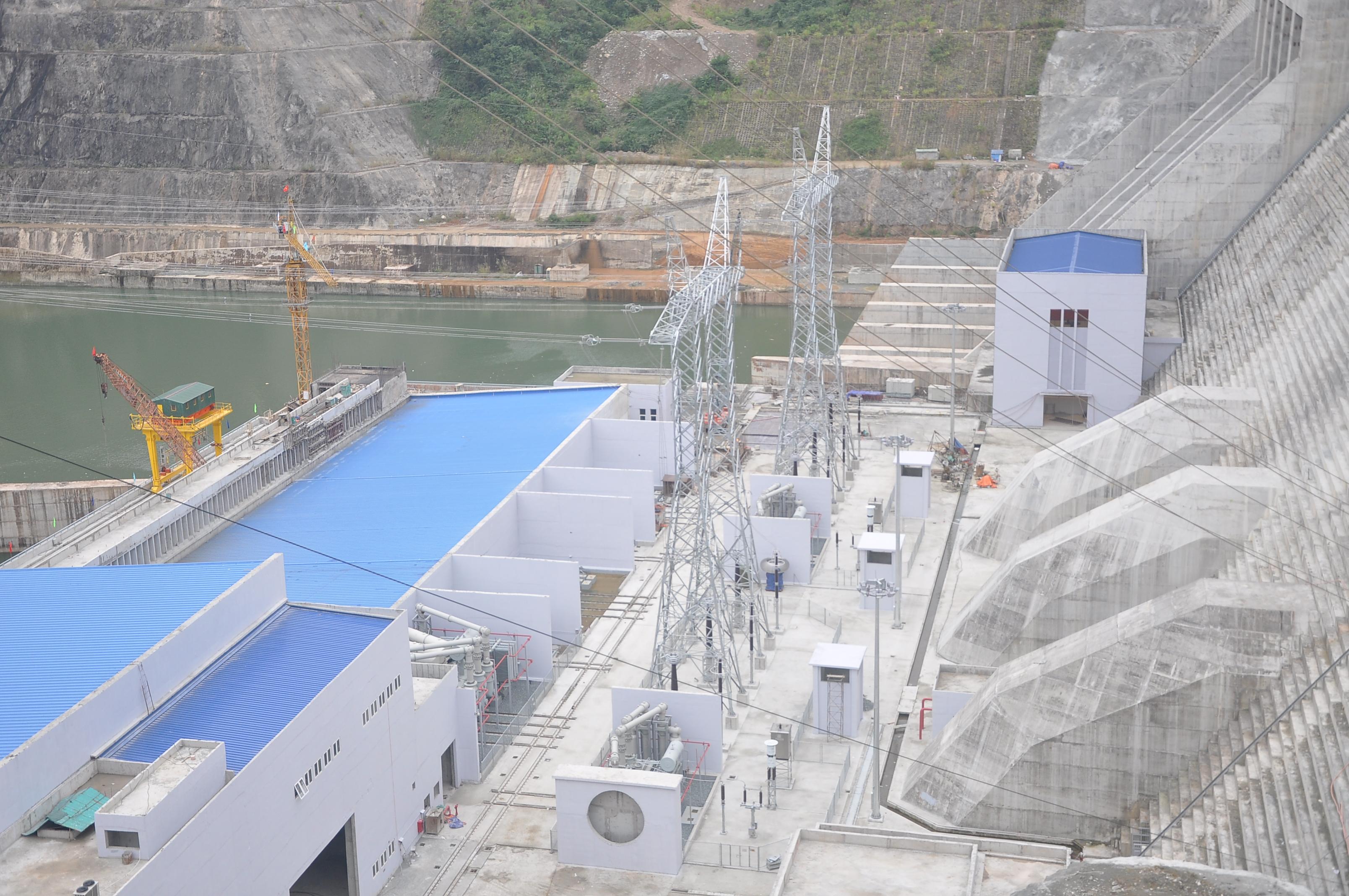 Dưới đập Thủy điện Lai Châu, các hạng mục xây dựng liên quan đến nhà điều hành, hệ thống truyền tải đã sẵn sàng cho năm 2016, khi hai tổ máy 2 và 3 hoàn thành và chính thức phát điện hoàn thiện