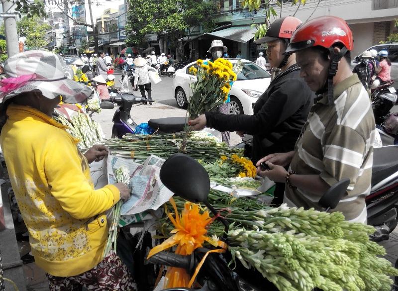 Tại chợ Thanh Bình và chợ Tam Nông giá hoa huệ được các tiểu thương bán ra với giá 5.000 đồn/cành loại nhất; loại nhì 3.000 đồng/cành và loại ba là 2.500 đồng/cành.