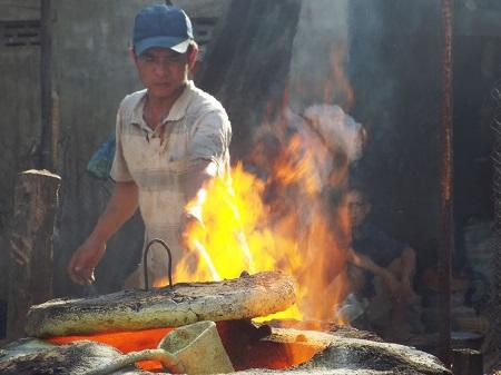 Các thợ đúc đồng đang hối hả nấu đồng để đúc sản phẩm phục vụ cho Tết Bính Thân.