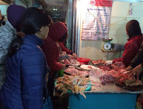 Dân xếp hàng mua thực phẩm về tích trữ vì sợ tăng giá và ngại đi ra ngoài khi nhiệt độ ngoài trời xuống dưới 7 độ C