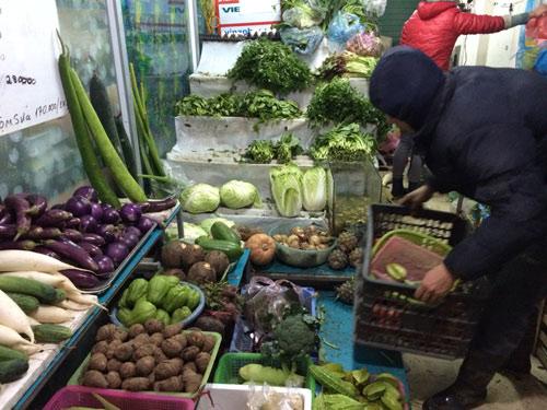 Rau xanh khan hiếm, cháy hàng tại chợ