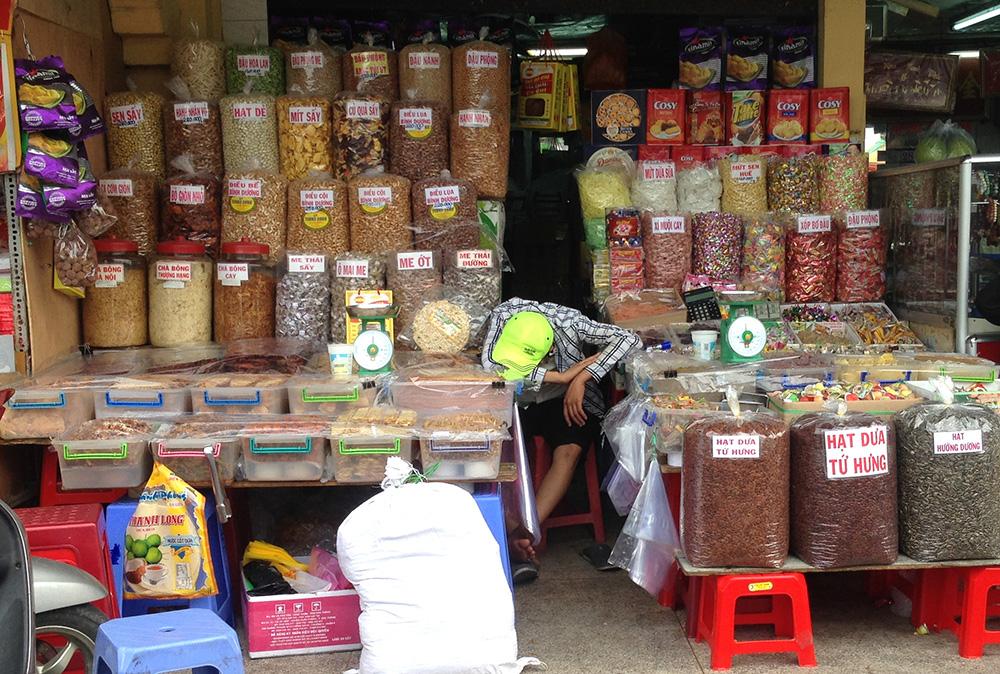 Nhiều mặt hàng 3 không, được bày bán tại chợ