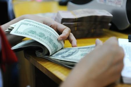 """Tỷ giá trung tâm tăng, giá USD ngân hàng """"lao dốc"""""""