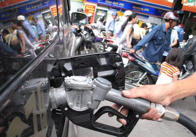 Mặc dù thuế phí vẫn chiếm hơn nửa giá bán lẻ xăng dầu, song theo Bộ Tài chính, tỉ lệ này vẫn thấp hơn các nước trong khu vực