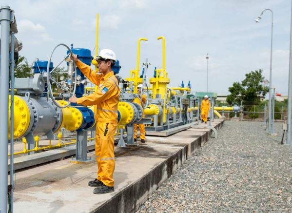 Giá dầu lao dốc, nhân viên dầu khí vẫn