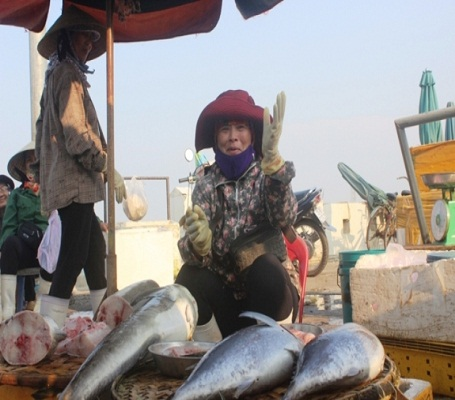 Các tiểu thương không dấu nổi niềm vui khi bán được cá