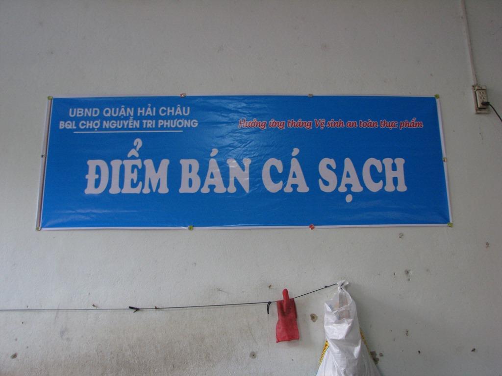 Tại các chợ, có băng - rôn Điểm bán cá sạch để người dân nhận biết