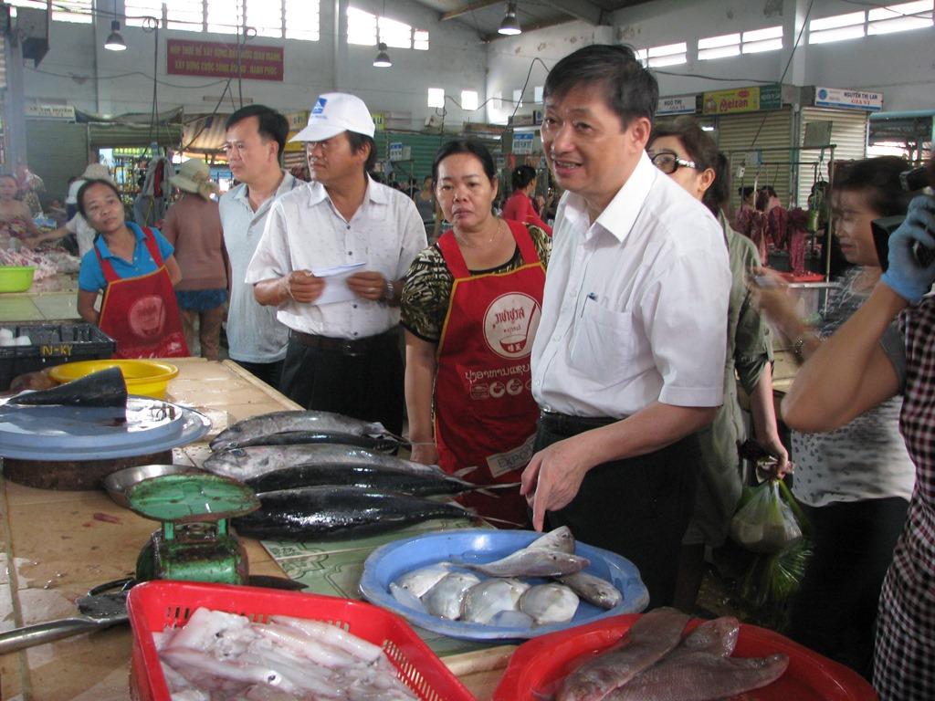 Phó Chủ tịch Đặng Việt Dũng kiểm tra các điểm bán cá sạch