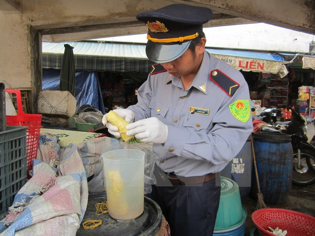 Kiểm tra chất vàng ô trong măng tại chợ Đông Hà, Quảng Trị. (Ảnh: Thanh Thủy/TTXVN)