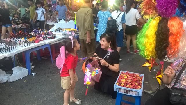 Ngoài số ít khách du lịch nước ngoài, rất đông bà mẹ trẻ đưa con đi chơi Trung thu tại phố từ chiều và tối
