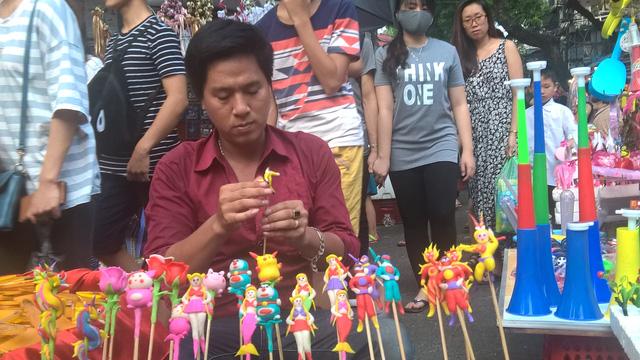 Giới trẻ kéo về phố Trung thu để vui chơi ngày một đông