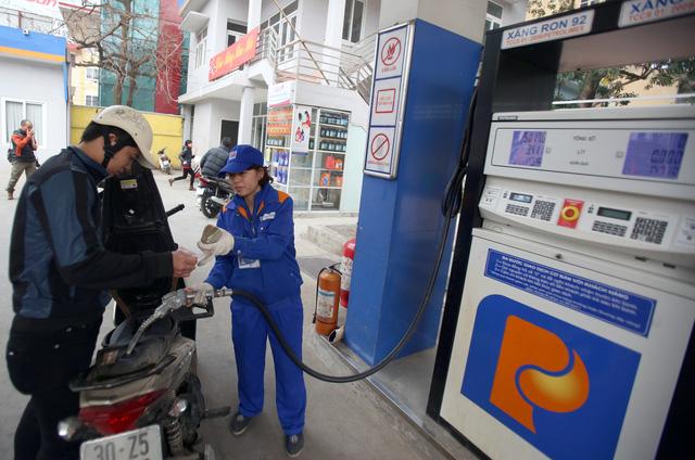 Giữ nguyên giá xăng, tăng giá các mặt hàng dầu