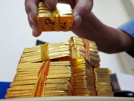 Giá vàng bật tăng trong cơn lốc bán tháo