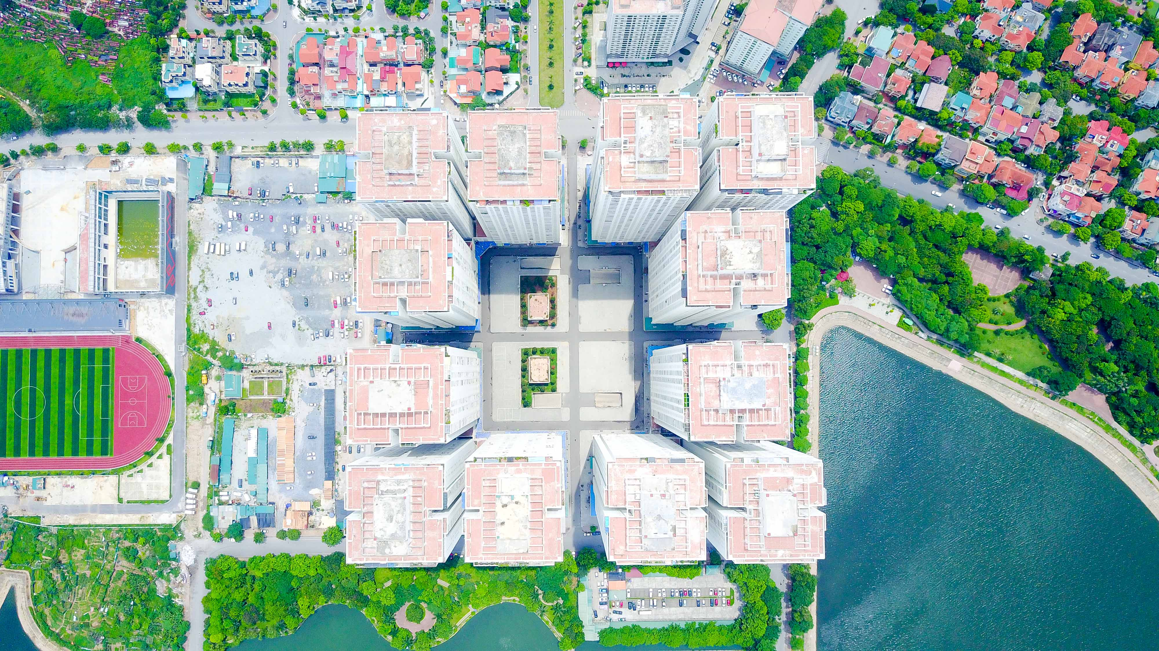 Dự án chung cư HH,thuộc Khu đô thị Linh Đàm bao gồm nhiều tòa nhà chung cư 36-41 tầng. Vào trưa 16-9-2015 đã xảy ra vụ hỏa hoạn ở khu nhà HH. Nguyên nhân vụ cháy được xác định là do sự cố từ hộp kỹ thuật tầng 17.