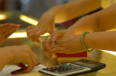 Giá vàng quay đầu giảm, áp lực bán tăng vọt