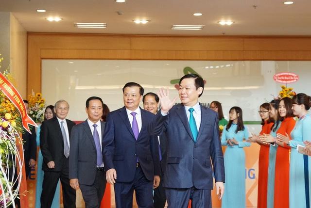 Phó Thủ tướng Vương Đình Huệ cùng lãnh đạo Bộ Tài chính tham dự lễ khai trương thị trường chứng khoán phái sinh sáng nay (10/8) - Ảnh: HNX.