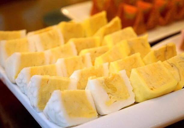 Tại Việt Nam, các cửa hàng hầu như mới nhập 2 loại bánh trung thu sầu riêng tươi có vỏ trắng và vỏ vàng của Malaysia về bán.