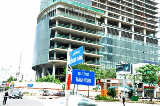 Cao ốc M&C nằm ở vị trí được xem là đất vàng của TPHCM khi có 3 mặt tiền gồm: đường Tôn Đức Thắng - Hàm Nghi - Võ Văn Kiệt.