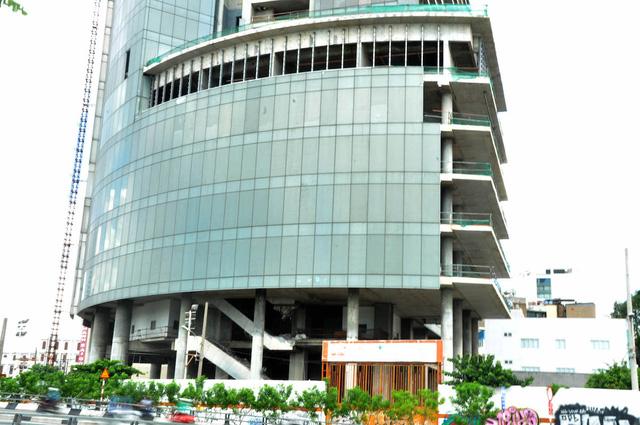 Một số vị trí của tòa nhà được lắp kính. Mặt tiền của tòa nhà ở đường Tôn Đức Thắng được lắp kính gần được đầy đủ.