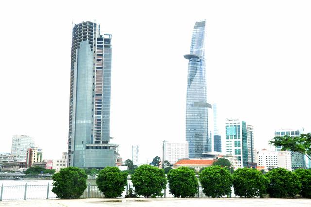 Nhìn từ bên kia sông Sài Gòn, tòa nhà nhìn trông rất mỹ quan đô thị nhưng nhiều năm qua bất động khiến Chủ tịch UBND TPHCM Nguyễn Thành Phong cho rằng đã làm xấu bộ mặt đô thị.