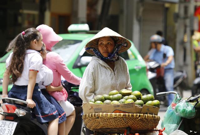 Người nghèo luôn chịu tác động mạnh nhất từ các biến động giá cả tiêu dùng. Ảnh: Như Ý.