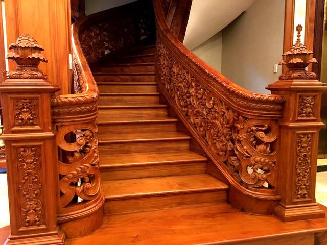 Cầu thang bộ được làm bằng gỗ xịn