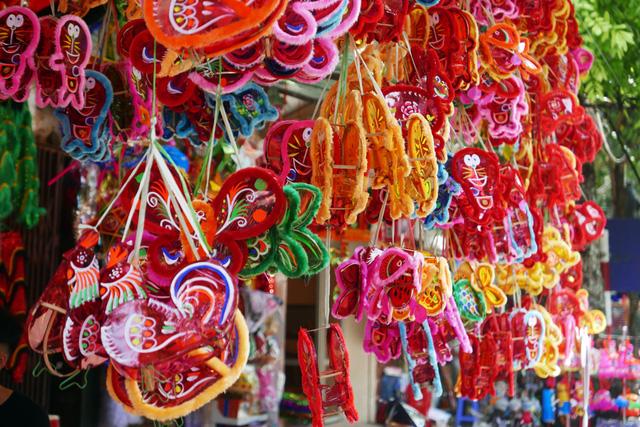 Khác với những năm trước khi các loại đèn lồng, đồ chơi Trung Quốc gần như chiếm lĩnh thị trường, năm nay đồ chơi nội lên ngôi. Các loại đèn lồng giấy nhựa công nghiệp vắng bóng, thay vào đó là các loại đèn nông nan trẻ, bóng kính được làm thủ công trong nước.