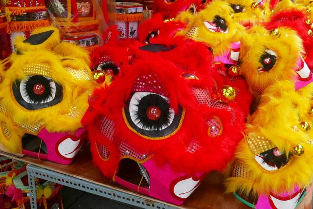 cho đến đầu lân, mặt nạ... vẫn là những món đồ chơi ưa thích của trẻ nhỏ. Nhờ việc sản xuất thủ công với số lượng lớn, những loại đồ chơi này có giá thành ngày càng giảm, chỉ khoảng từ vài chục đến hơn 100 nghìn một món.