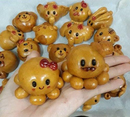 Bánh nướng lợn nặn tay ngộ nghĩnh để tặng trẻ em, bày mâm cỗ (ảnh Thân Thanh Giang)