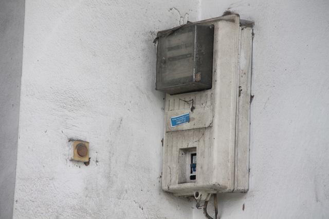 Khóa sắt đều bị hoen gỉ… Các cửa kéo của dãy nhà đều xuống cấp sau một thời gian không sử dụng.