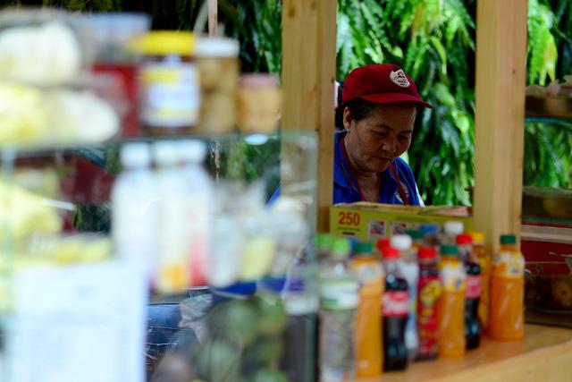 Các gian hàng bày bán đủ loại món ăn đến nước uống và đồ ăn vặt.