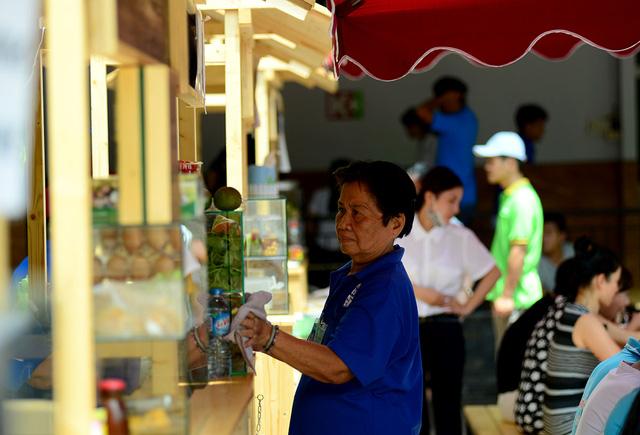 Bà Thanh Tâm, chủ hàng kinh doanh cho biết, mới mở nên lượng khách chưa đông lắm.