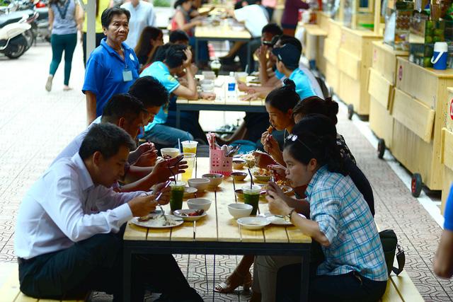 Phố hàng rong Sài Gòn đã có... bàn ăn