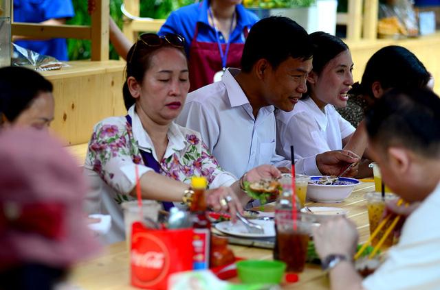 Giá cả hợp lí, món ăn sạch sẽ thu hút nhiều người tới ăn uống.