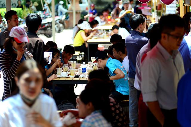 Phố hàng rong này hoạt động trong khung giờ từ 6g-9g và 11g-14g mỗi ngày. Phố dài 30 mét, có 30 hộ dân thay phiên nhau kinh doanh dịch vụ ăn uống.
