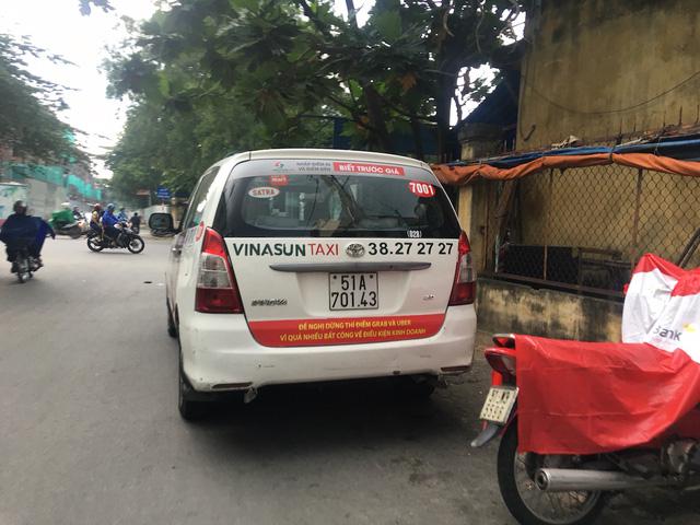 Taxi Vinasun dán khẩu hiệu phản đối Uber, Grab: Hành động rất trẻ con!