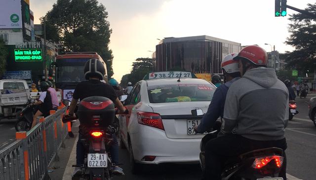 Đến chiều 8/10, nhiều tài xế đã tự tháo khẩu hiệu dán sau xe vì cho rằng lãnh đạo công ty nói tài xế bộc phát là không đúng.