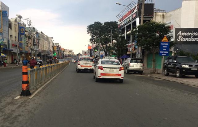 Tại đường Nguyễn Oanh (quận Gò Vấp), khi thấy chúng tôi áp sát chụp hình thì 2 xe taxi của Vinasun (1 chiếc 7 chỗ, 1 chiếc 4 chỗ) bất ngờ tăng tốc