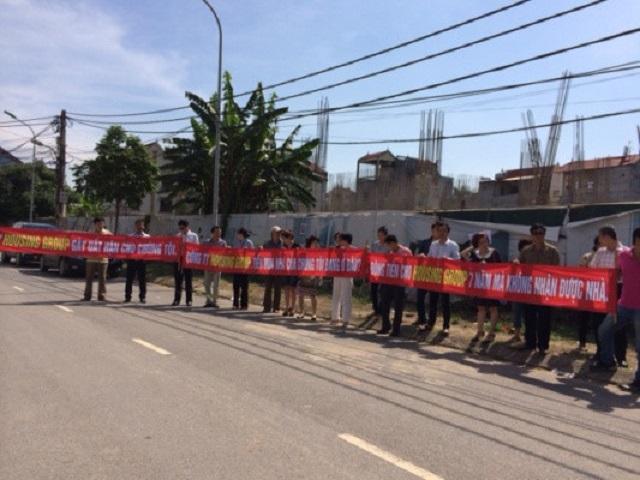 Khách hàng mua nhà tại dự án Khu nhà ở kinh doanh tại Phú Thượng (Tây Hồ, Hà Nội) căng băng rôn đòi quyền lợi hồi giữa năm 2014 (ảnh I.T)