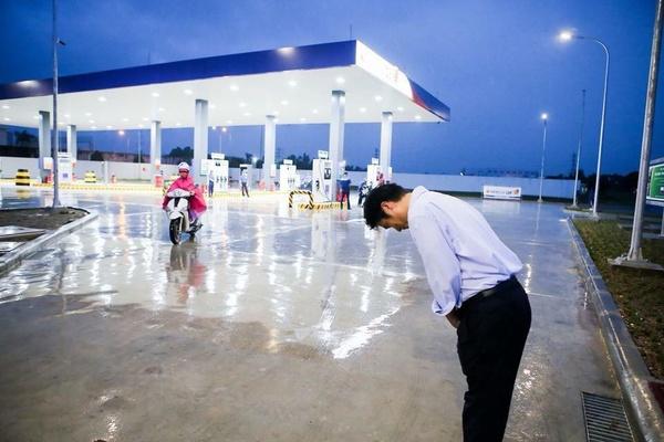 Cách phục vụ tại trạm xăng dầu 100% vốn ngoại đầu tiên tại Việt Nam nhận được sự quan tâm lớn từ dư luận.
