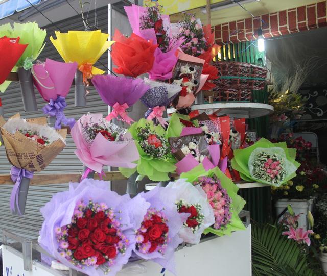 Sức tiêu thụ năm nay không cao nhưng giá các loại hoa đều tăng gấp đôi ngày thường
