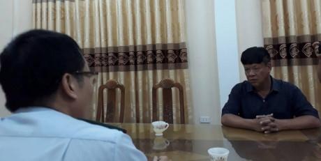Trong buổi làm việc Thanh tra Sở KH&CN, Đại diện công ty Thanh Ngũ (bên phải) thừa nhận đã chế biến xăng giả.