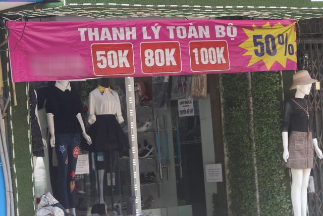 Nhiều cửa hàng treo biển thanh lý, giảm giá vì ế ẩm. Ảnh: Hồng Vân
