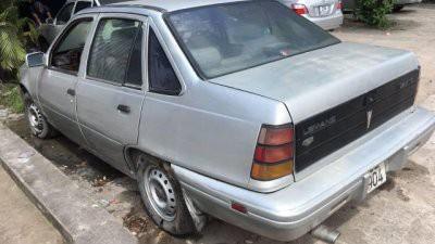 """Chiếc Toyota Corolla đời 1982, màu trắng, nhập khẩu Nhật Bản này trông vẫn còn khá ổn. Theo lời người bán, thì """"xe có đồng chắc, sơn bóng đẹp, kính chỉnh điện, máy nổ im, đậu lâu ngày đề phát nổ, nội thất bọc da mới, máy 3A tiết kiệm nhiên liệu, máy lạnh tốt"""