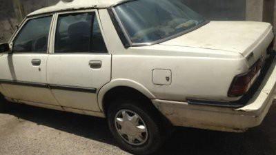 Chiếc Mazda 323 đời 1980, màu trắng này đã hết đăng kiểm được gần 1 năm. Người bán cam kết mua về chỉ việc chạy, hợp cho những ai muốn có xe tập lái. Giá bán là 10 triệu đồng/chiếc.