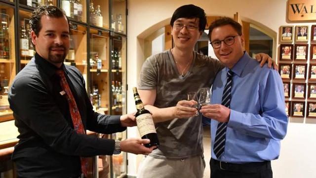 Nhà văn Trung Quốc chi 10.000 USD mua một ly rượu