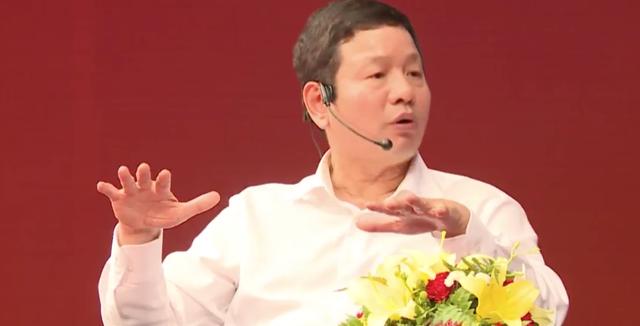 Một sinh viên đứng lên đặt câu hỏi với Jack Ma
