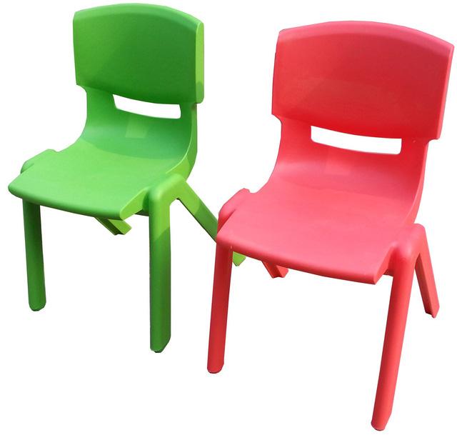 Mẫu ghế nhựa khách đặt anh T. cho PV Dân Trí xem