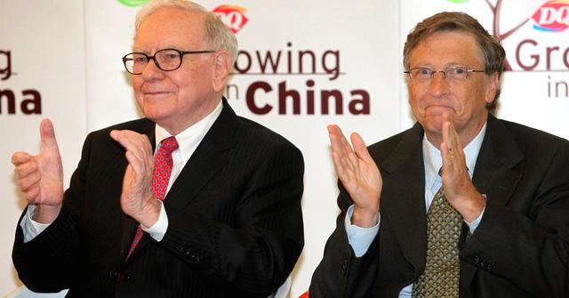 Tỷ phú Warren Buffett và Bill Gates vẫn sử dụng phiếu giảm giá khi đi ăn cùng nhau tại McDonald's. (Nguồn: Getty Images)